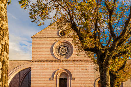 Autumn in Assisi. St Claire medieval gothic church with autumnal leaves Banque d'images