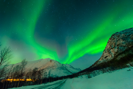 In Norway, a magical aurora borealis illuminates the sky 版權商用圖片 - 93236406