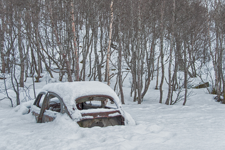 car submerged by snow in the cold Norway near the trees 版權商用圖片
