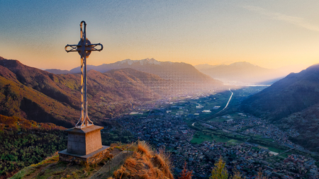 cross on top of the mountain at sunset 版權商用圖片