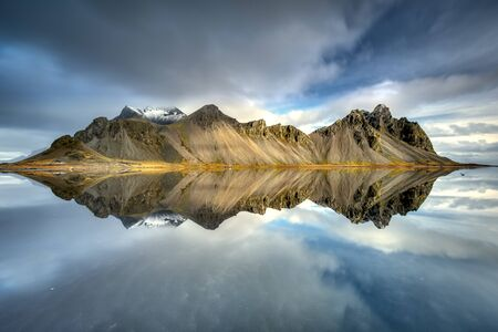 stokksnes mountains reflected in Icelandic water 版權商用圖片