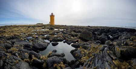 Icelandic lighthouse on a beautiful cliff with grass 版權商用圖片