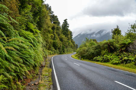 the road that crosses the Westland Tai Poutini National Park 版權商用圖片