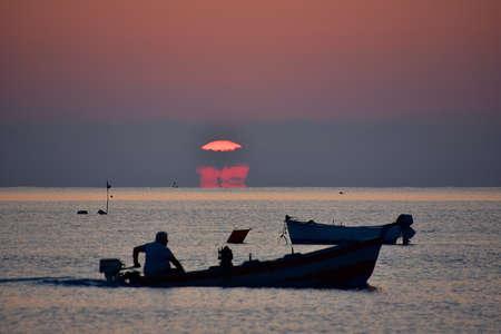 Pêcheur au coucher du soleil heure Banque d'images