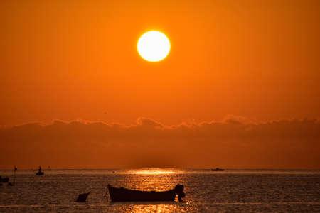 lever de soleil rouge avec la silhouette de bateau, Italie du Sud
