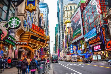 米国ニューヨーク州マンハッタン。タイムズ ・ スクエアの群衆とブロードウェイの劇場街やアニメーションの LED サインと夜のトラフィック。 報道画像