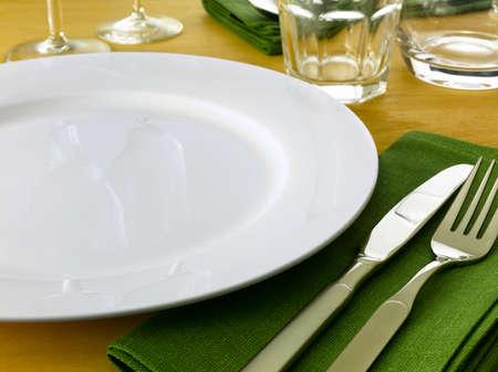 fork glasses: Tabella impostazione completa di piastra di coltello e forchetta bicchieri e tovaglioli su un tavolo in legno chiaro.