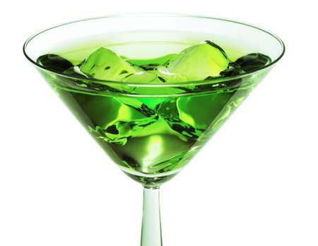 ajenjo: Cóctel verde sobre las rocas en una copa de cóctel.
