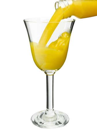 verre de jus d orange: Verser le jus d'orange dans le verre isolé contre un blanc.