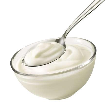 sked: Trevlig produkt skott från en skål och sked med yoghurt. Stockfoto