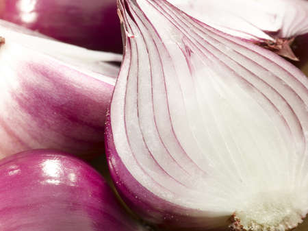 spicey: Primo piano di fette di cipolla rossa