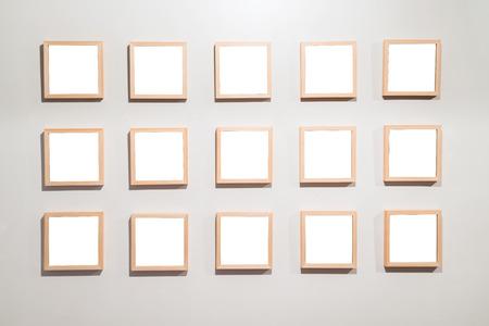 Lege Frames aan de muur in museum voor moderne kunst Galerie vertonen leeg wit geïsoleerd uitknippad Stockfoto