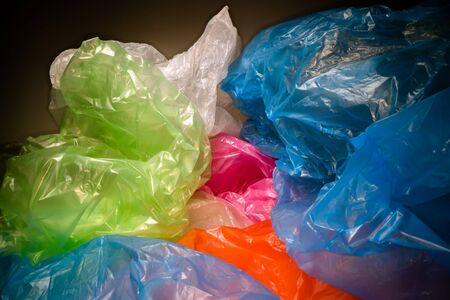 Wegwerp plastic zakken achtergrond. Lichtgewicht transparant, herbruikbaar plastic afval. Vuilniszakken, plastic recycling, milieukwesties Stockfoto