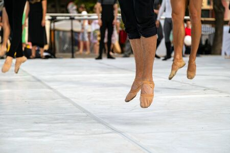 Ballet dancers practicing performance outdoors. Close up of ballerina feet wearing slippers practice moves in ballet class outside Banque d'images