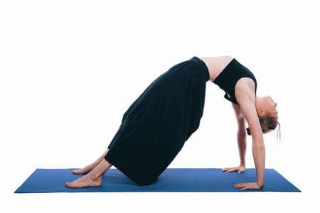 Foto de mujer joven delgada haciendo pose de rueda de yoga