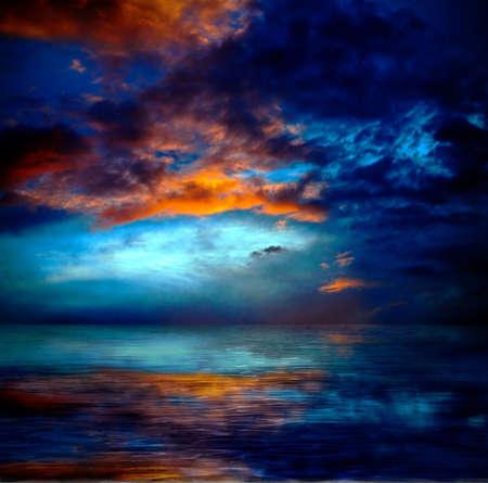 dramatc cielo puesta del sol sobre el agua