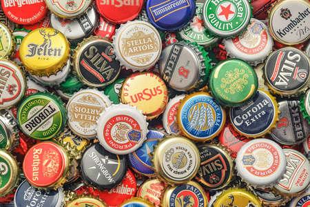 botella: CARANSEBES, Rumania - 06 de julio 2014: El fondo de tapas de botellas de cerveza, una mezcla de varias marcas europeas.