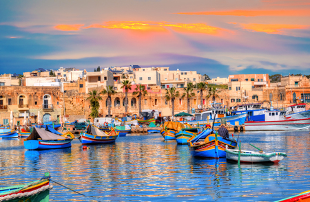 マルタのマルサクスロック村港、夕日の光で照らし、美しい場所でヨーロッパの旅行 写真素材 - 96230796