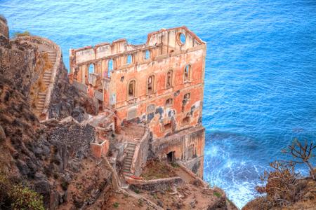 Ruinas históricas de un castillo en la playa de la zona de Los Realejos en la región de Garachio, en Tenerife - España Foto de archivo - 97234022