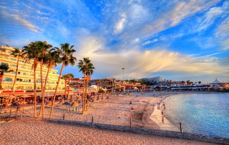 Hermosa vista sobre la playa de Pinta al atardecer con agua colorida y cielo iluminado por el sol, en Tenerife, Islas Canarias, España Foto de archivo