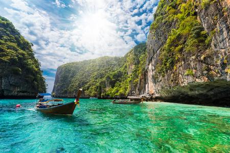 hermoso paisaje con barco tradicional en el mar en la isla de phi phi pu de la bahía de krabi en tailandia