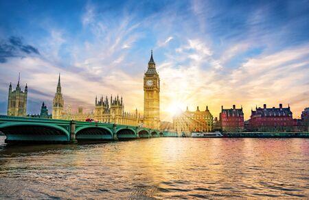Ciudad de Londres con el Big Ben y el puente de la Abadía de la ciudad de Westminster en la luz del atardecer, en el Reino Unido de Inglaterra Foto de archivo
