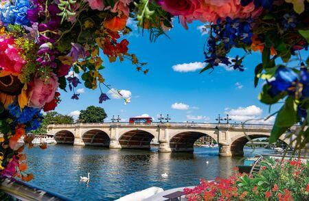 Vista del ponte di Kingston sul Tamigi circondato da fiori in una giornata di sole d'estate a Londra