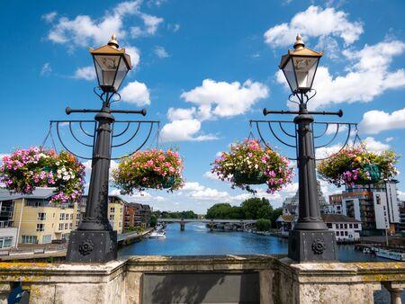 Fiori ornamentali e lampade medievali sulla parete del ponte di Kingston in una giornata di sole