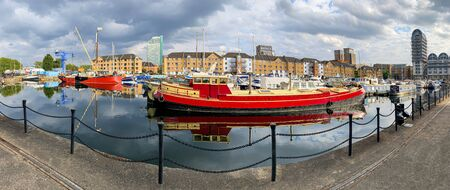 Panoramic view of the old harbor dock in Southwark area in London Imagens