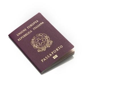 Italienischer roter Pass lokalisiert auf weißem Hintergrund mit Kopienraum Standard-Bild - 93234336