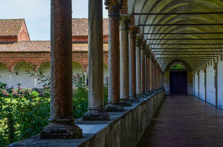 monasteri: PAVIA, ITALY - JUNE 12, 2016 - The cloister of the chartreuse of Pavia on june 12, 2016. The chartreuse is an important example of renaissance religious architecture Editoriali