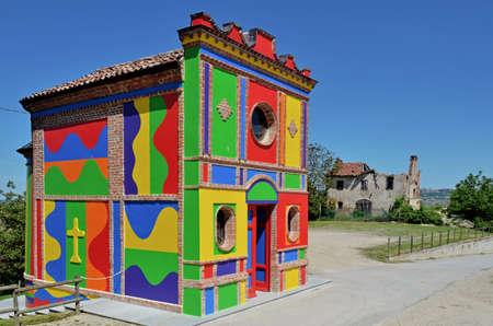 알바, 이탈리아 -2006 년 4 월 25 일 - 2016 년 4 월 25 일 Alba (이탈리아) 근처 라 Morra, 마돈나 델레 Grazie의 교회. 다채로운 혁신은 솔 Lewitt와 데이비드 Tremlett에 의해 제작되었습니다.