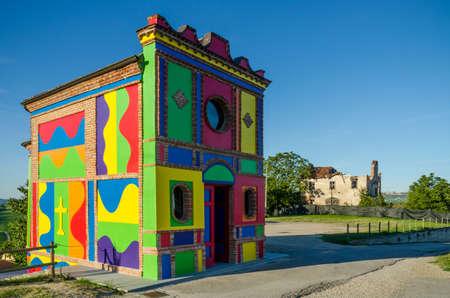 알바, 이탈리아 -20011 년 8 월 11 일 - 2016 년 8 월 11 일에 알라 (이탈리아) 근처 라 Morra에서 마돈나 델레 Grazie의 교회. 다채로운 혁신은 솔 Lewitt와