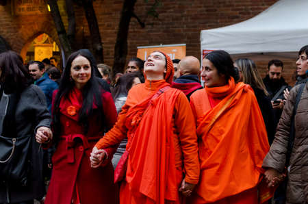 hinduist: TURIN, ITALY - NOVEMBER 06, 2016 - Hinduist women with traditional dresses singing and praying toghether with italian people of Turin (Italy) during Diwali celebrations on november 06, 2016 Editorial