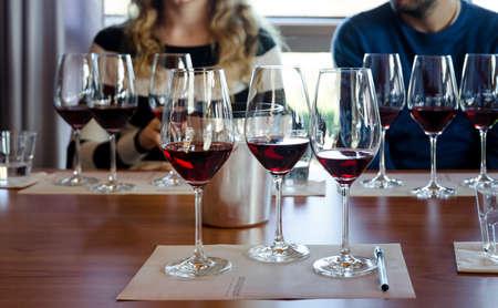 テーブルにネッビオーロの 3 杯でワインテイスティング ランゲ (イタリア) での経験 写真素材