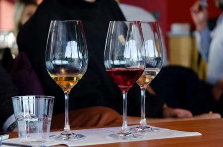 テーブルにモスと Brachetto の 3 つのグラスとワインテイスティング ランゲ (イタリア) での経験