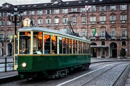 Historische Straßenbahn hält in Piazza Castello, Hauptplatz von Turin (Italien)