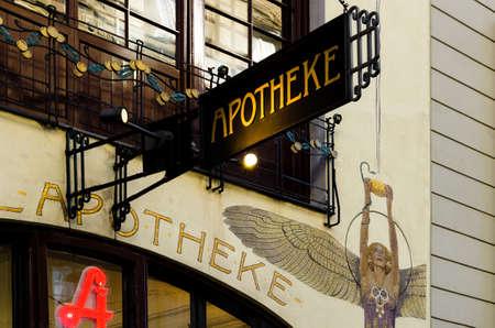 VIENNA, OOSTENRIJK - 18 mei 2017: Gevel en bord van de beroemde Engel Apotheke, oude apotheekwinkel met decoratie in jugendstil in Wenen, Oostenrijk, op 18 mei 2017