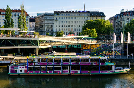 innere: VIENNA, AUSTRIA - MAY 18, 2017: The Danube Channel in Vienna (Austria) on may 18, 2017. In foreground a touristic ferry boat