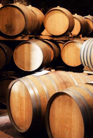 나무 barriques와 Langhe (이탈리아)에서 오래 된 역사적인 와인 저장 고 쌓아