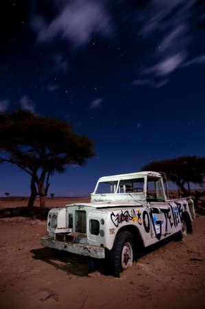 bonne aventure: rompu bloqués véhicule hors-route, au milieu du désert, la nuit, l'exposition à long