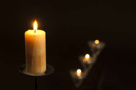 candles lighting in the darkness with shallow depth of field Standard-Bild