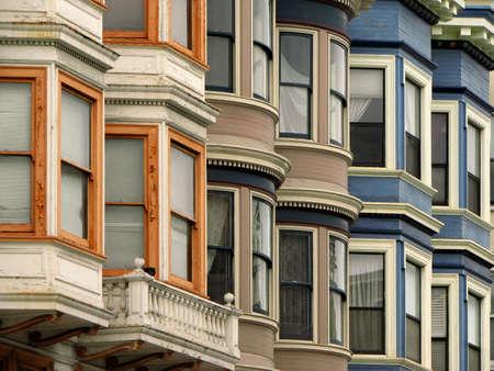 rij huizen: Windows kleurrijke Victoriaanse huizen in San Francisco, Californië, Verenigde Staten Stockfoto