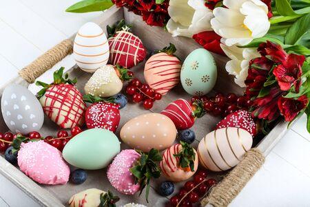 Schokoladen-Erdbeer-Dessert-Mix ideal für Valentinstag, Muttertag, Frauentag, Brunch-Buffet, Geburtstags- oder Namensfeier, romantischer Schokoriegel mit Frühlingsblumen im März