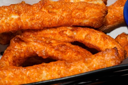 Mozzarella sticks are elongated pieces of battered or breaded mozzarella, usually served as hors d'oeuvre. Mozzarella sticks may be served with tomato, ketchup, or marinara sauce, as well as plum sauc Standard-Bild