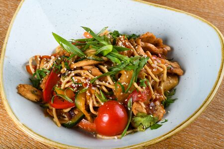 Noodles with chicken, soy and oyster sauce, sesame oil, ginger, garlic, fresh coriander leaves. Asian traditional dish. Chinese food specialty Banque d'images