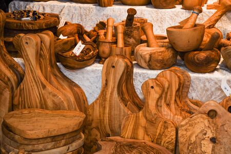 Wooden cutting boards from natural wood in the market. Handmade souvenirs. Craft eco product of untreated wood for sale. Wooden crafts on a stall in the market. Walnut handmade wood cutting board. 版權商用圖片