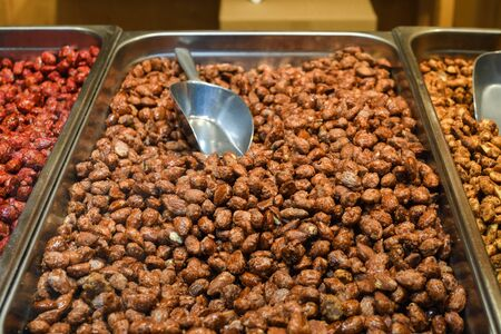 Sugar coated caramelized peanuts for sale during Christmas market in Vienna, Austria. Banque d'images