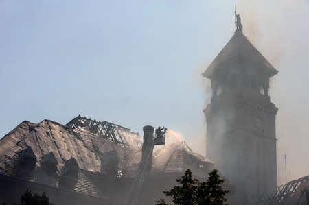 retardant: I vigili del fuoco spegnere un incendio in un vecchio edificio