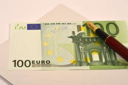 one hundred euro banknote: Fountain pen on a banknote of one hundred euro
